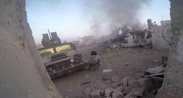 Cờ đen của IS bay trên trụ sở chính quyền thành phố Ramadi ở Iraq - anh 2