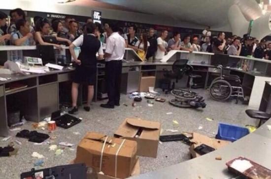 Trung Quốc: Hành khách đập phá phi trường vì bị hoãn bay - anh 1