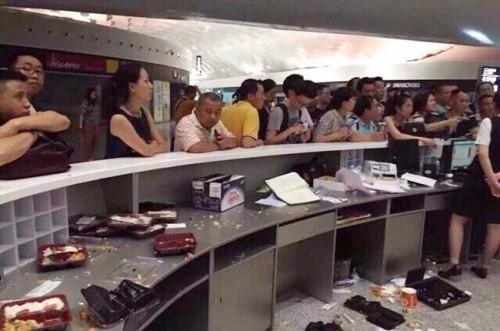 Trung Quốc: Hành khách đập phá phi trường vì bị hoãn bay - anh 4