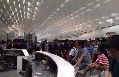 Trung Quốc: Hành khách đập phá phi trường vì bị hoãn bay - anh 5