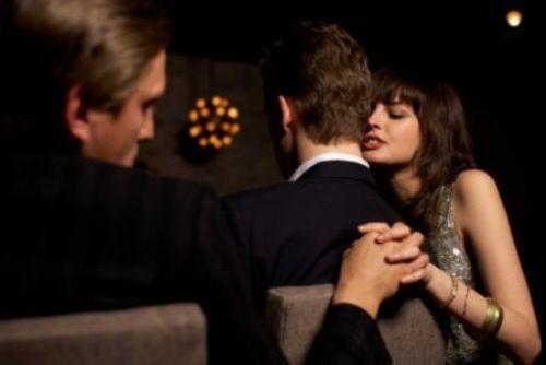 5 biểu hiện phổ biến khi phụ nữ ngoại tình - anh 2