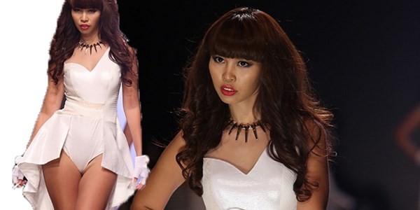 Nhịp đập Showbiz: Hà Anh bị cấm diễn 3 tháng, Dù sexy Ngọc Trinh bị xử nhẹ hơn Hương Tràm - anh 1