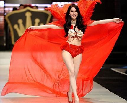 Nhịp đập Showbiz: Hà Anh bị cấm diễn 3 tháng, Dù sexy Ngọc Trinh bị xử nhẹ hơn Hương Tràm - anh 4