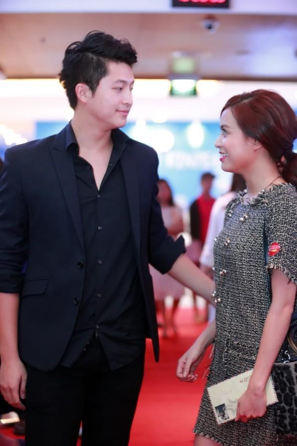 Nhịp đập showbiz: Angela Phương Trinh nắm tay đàn ông lạ, Tiến Dũng chia tay bạn gái, Hoàng Thùy Linh... - anh 8