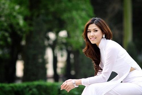 Nhịp đập showbiz: Angela Phương Trinh nắm tay đàn ông lạ, Tiến Dũng chia tay bạn gái, Hoàng Thùy Linh... - anh 2