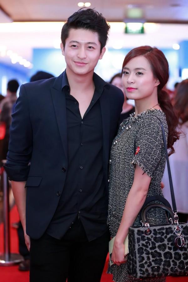 Nhịp đập showbiz: Angela Phương Trinh nắm tay đàn ông lạ, Tiến Dũng chia tay bạn gái, Hoàng Thùy Linh... - anh 7