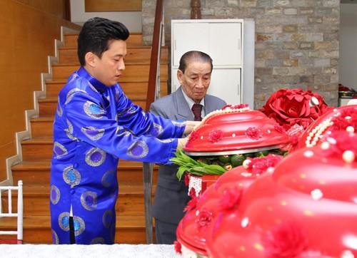Lam Trường mặc áo dài truyền thống trong lễ ăn hỏi - anh 8