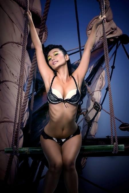 Lê Kiều Như thiêu đốt khán giả bằng ảnh bikini nóng bỏng - anh 1