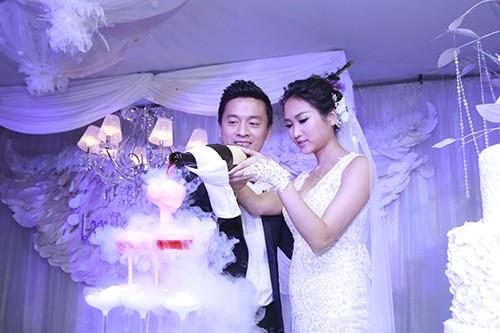 Nhịp đập showbiz: Á hậu Ái Châu chê chồng, Phi Thanh Vân tình cảm bên trai lạ... - anh 4
