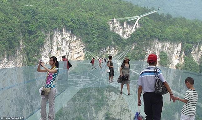 Ngắm cây cầu bằng kính cao nhất thế giới ở Trung Quốc - anh 1