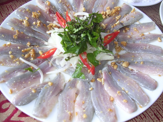 """Nếm """"hương vị biển cả"""" từ gỏi cá mai nổi tiếng miền nắng gió - anh 3"""