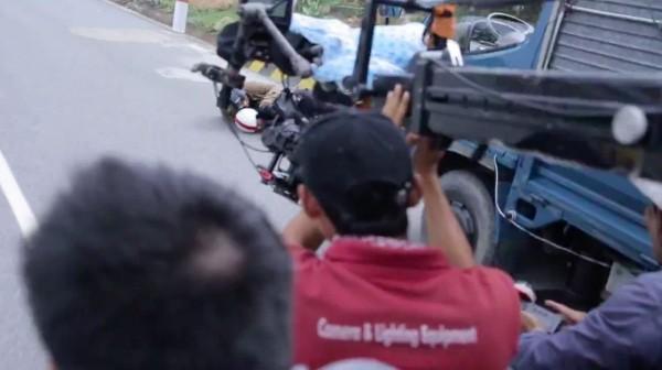 Lý Hải rạn 2 xương sườn sau tai nạn đối đầu xe tải trên phim trường - anh 2