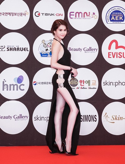 Ngọc Trinh diện váy táo bạo trên thảm đỏ sự kiện ở Hàn Quốc - anh 3