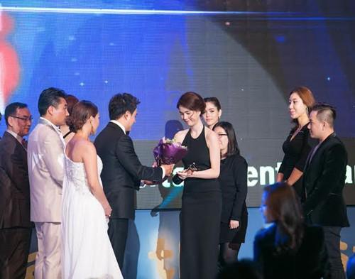 Ngọc Trinh diện váy táo bạo trên thảm đỏ sự kiện ở Hàn Quốc - anh 4