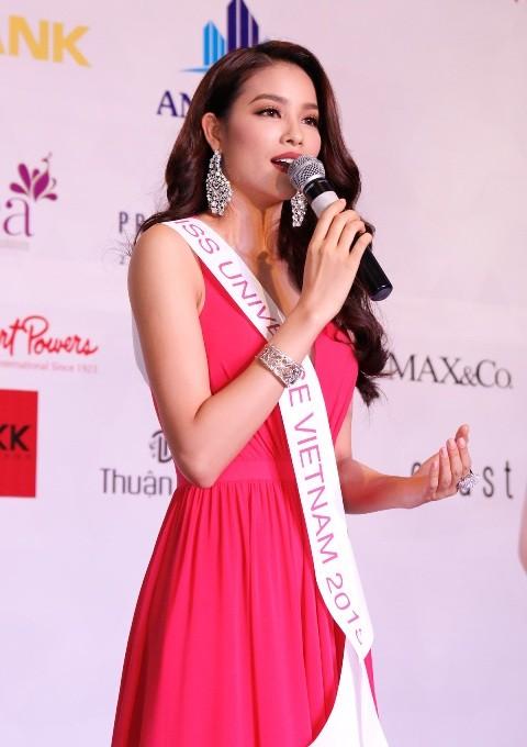 Phạm Hương mang sen vàng sang Mỹ dự thi Hoa hậu Hoàn vũ 2015 - anh 1