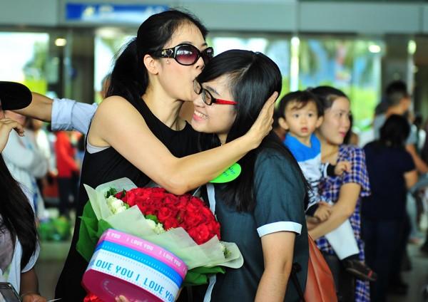 Ca sĩ Thu Phương trở về trong sự chào đón nồng nhiệt của người hâm mộ - anh 2