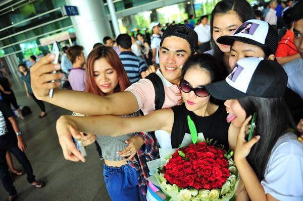 Ca sĩ Thu Phương trở về trong sự chào đón nồng nhiệt của người hâm mộ - anh 3