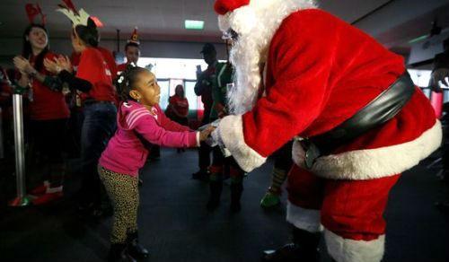 """Giáng sinh ấm áp với """"Chuyến bay kỳ diệu"""" đưa trẻ em Mỹ đến gặp ông già Noel - anh 1"""