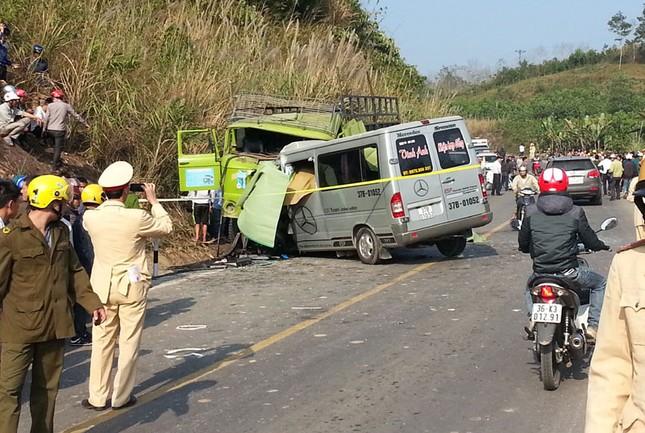 Xe du lịch đâm trực diện xe tải 8 người chết tại chỗ - anh 1