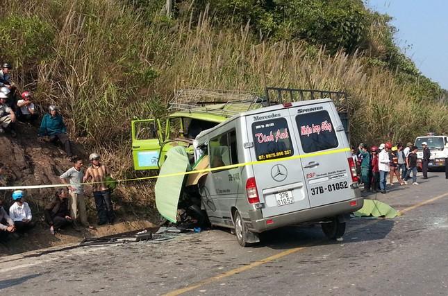 Xe du lịch đâm trực diện xe tải 8 người chết tại chỗ - anh 2