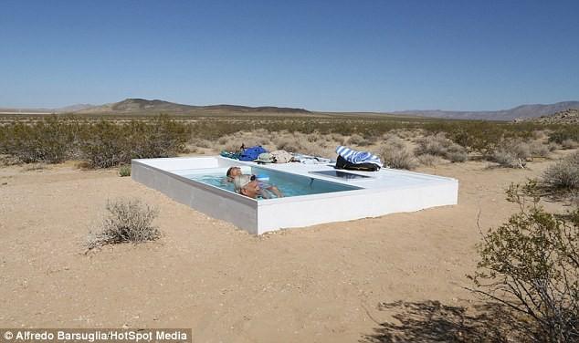 Độc đáo bể bơi bí mật giữa sa mạc Mojave, California - anh 1