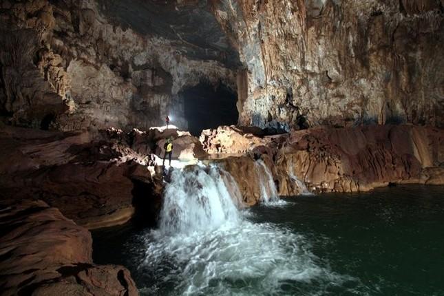 Tận hưởng cảm giác bơi trong hang tối Tú Làn ở Quảng Bình - anh 4