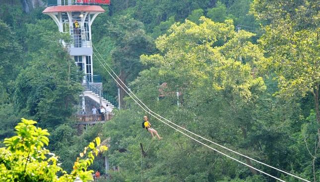 Khám phá vẻ đẹp Phong Nha - Kẻ Bàng qua dịch vụ đu dây trên không zip-line - anh 2