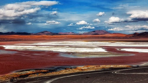 Ngỡ ngàng trước vẻ đẹp cuốn hút của hồ nước đỏ kỳ lạ nhất thế giới - anh 2