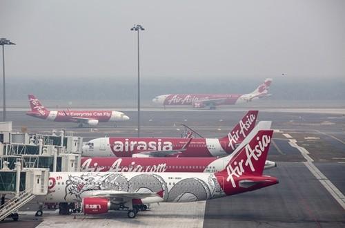 Cổ phiếu AirAsia rớt giá mạnh sau vụ mất tích máy bay QZ8501 - anh 1