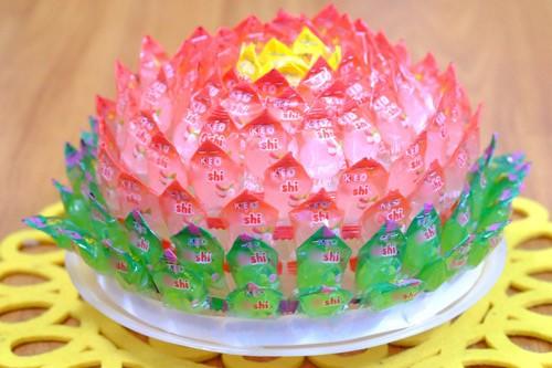 Cách làm hoa sen bằng kẹo bày bàn thờ ngày Tết cực đơn giản - anh 9