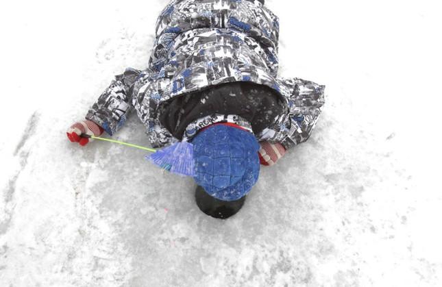Độc đáo lễ hội câu cá bằng miệng trên băng ở Hàn Quốc - anh 3