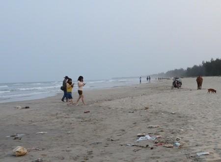 Quảng Ngãi: Du xuân tắm biển, 5 học sinh bị đuối nước - anh 1