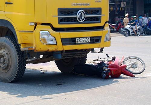 Huế: Xe ben đối đầu xe máy, bé 15 tháng tuổi tử nạn - anh 1