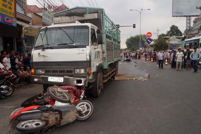 Bình Dương: Ô tô tải húc văng hàng loạt xe máy chờ đèn đỏ, 4 người thương vong - anh 1