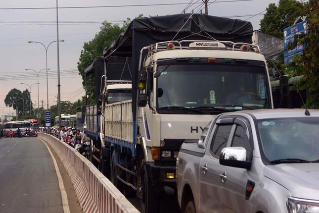 Bình Dương: Ô tô tải húc văng hàng loạt xe máy chờ đèn đỏ, 4 người thương vong - anh 2