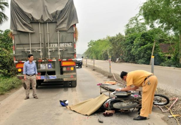 Hà Tĩnh: Xe máy va chạm xe kéo rơmoóc, 2 người thương vong - anh 1