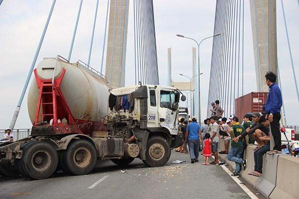 Tai nạn trên cầu Phú Mỹ, xe container rơi bánh ra ngoài - anh 1