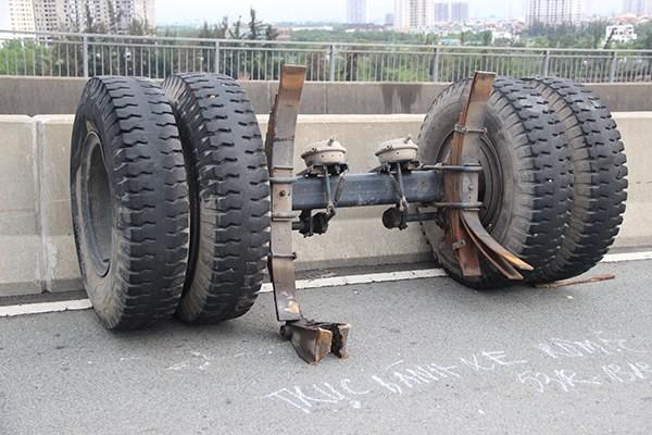Tai nạn trên cầu Phú Mỹ, xe container rơi bánh ra ngoài - anh 2