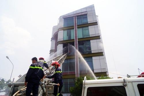 Bình Dương: Kính của tòa nhà 5 tầng nổ lớn, nhiều người hoảng loạn - anh 1