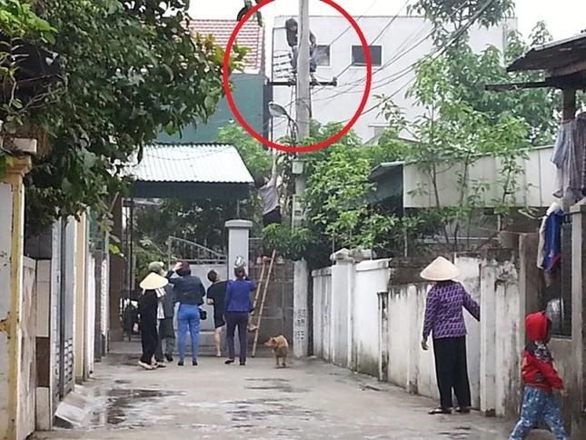 """Nghệ An: Nam thanh niên nghi """"ngáo đá"""", cố thủ trên cột điện hơn 10 tiếng - anh 1"""