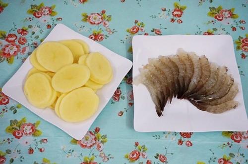 Cách làm tôm cuộn khoai tây giòn rụm chiêu đãi cả nhà - anh 1
