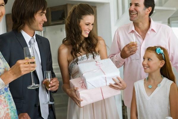 Chết điếng với quà tặng của người yêu cũ trong đám cưới - anh 1