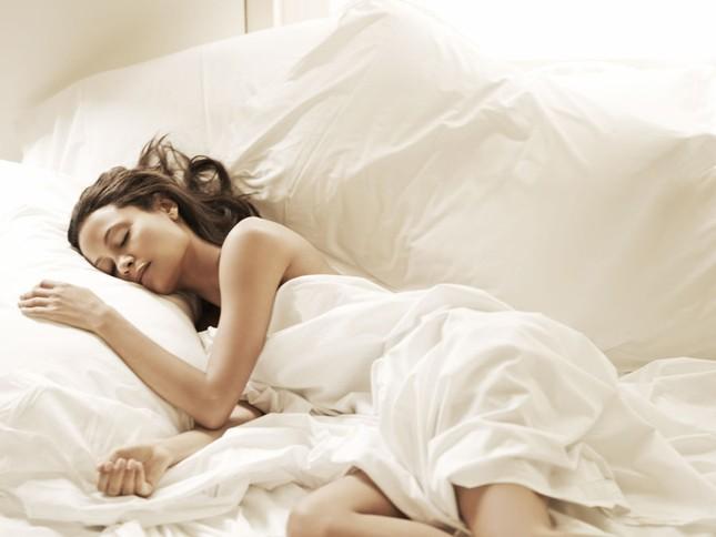 12 tác dụng tuyệt vời của việc ngủ nude - anh 2
