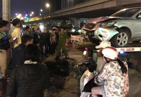 Hà Nội: 2 xe ôtô đuổi nhau gây tai nạn nghiêm trọng trên đường Phạm Hùng - anh 1