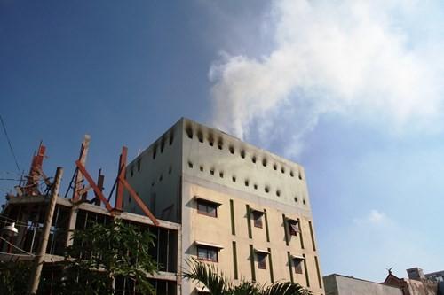 Cả khu phố náo loạn vì cháy xưởng làm đồ mỹ nghệ - anh 1