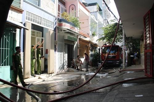 Cả khu phố náo loạn vì cháy xưởng làm đồ mỹ nghệ - anh 2