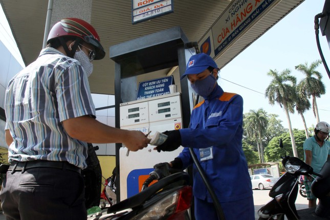 Giá xăng tiếp tục giảm gần 200 đồng/ lít - anh 1