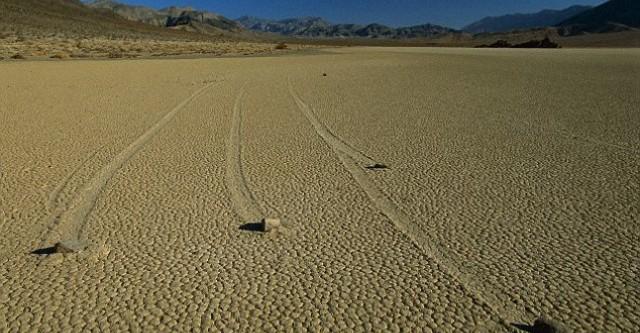 Bí ẩn những hòn đá tự di chuyển ở Thung Lũng Chết - anh 1