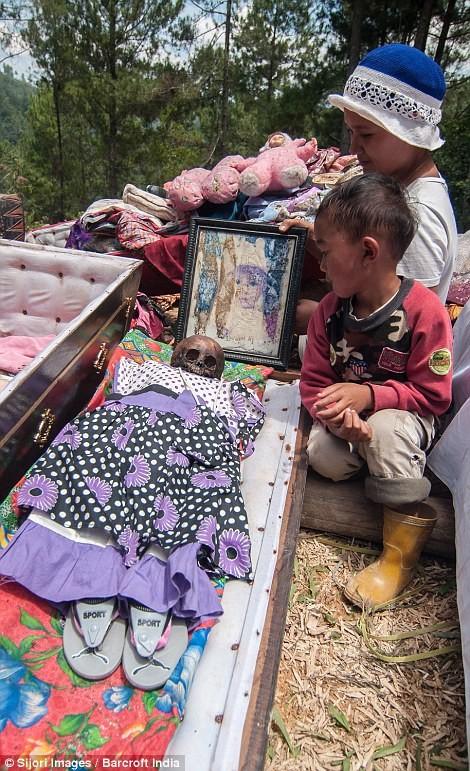 Rợn người nghi lễ đào mộ tắm rửa cho xác chết tại Indonesia - anh 2