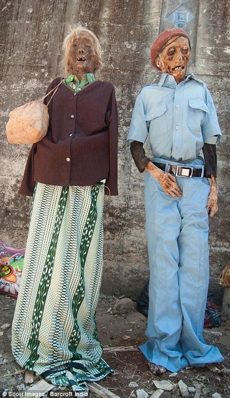 Rợn người nghi lễ đào mộ tắm rửa cho xác chết tại Indonesia - anh 3
